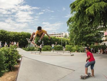 Un statuer réalise la figure «ollie grab», en sautant en l'air tout en tenant sa planche d'une main.