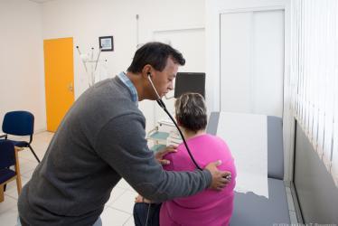 Un médecin ausculte une patiente avec un stéthoscope.