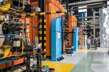 Deux agents inspectent l'intérieur du site de production de chaleur.
