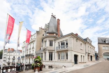 Le bâtiment donne à la fois sur la façade des loges du Château royal et sur le square Victor-Hugo.