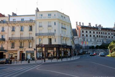 Façades rénovées sur le haut de la rue Porte-Côté, avec le Château royal en arrière-plan.
