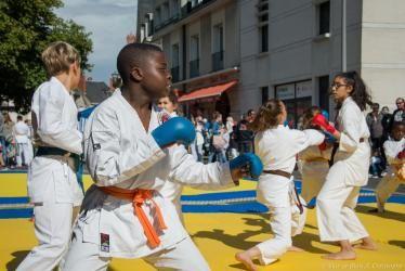 Des enfants s'entrainent à la boxe sur des rings montés dans la rue pendant la fête du Sport