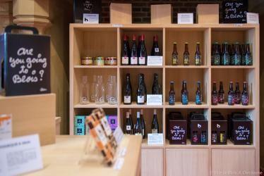 Bouteilles de bière et de vin b-blois dans les étagères de la boutique du Château.