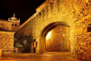 Arc de l'Étoile à Cáceres, de nuit.