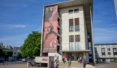 Une des façades de la bibliothèque Abbé-Grégoire, recouverte par son portrait.
