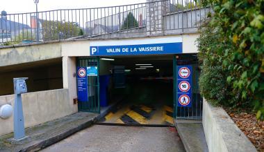 Entrée souterraine du parc de stationnement Valin-de-la-Vaissière.
