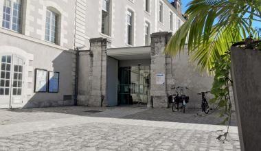 Entrée du bâtiment C de l'Hôtel de Ville, où se trouvent notamment les services de la Vie civile.