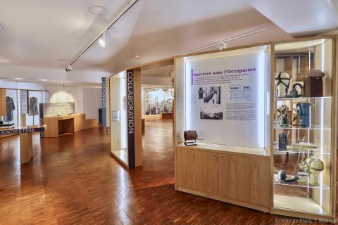 L'espace du Centre est divisé en quatre, avec de nombreux recoins exposant des textes, des affiches et des objets d'époque.