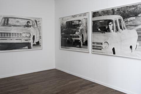 Cinq photographies noir et blanc de cinq hommes, chacun au volant d'une voiture. Une bande sonore diffusant la discussion entre deux hommes, également en voiture, accompagne ces photographies. Cette pièce possède une forte dimension d'ancrage dans le réel, comme dans un documentaire photographique ou radiophonique.