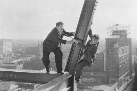 Extrait du film: Laurel et Hardy s'aventurent sur un gratte-ciel en construction et risquent de tomber.