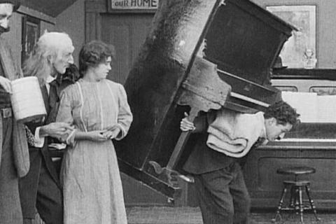 Extrait du film: déménagement d'un piano sur le dos.