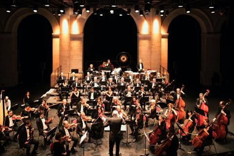 Photo d'ensemble de l'orchestre sur scène.