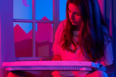 Portrait de Videoclub en train de jouer sur un clavier.