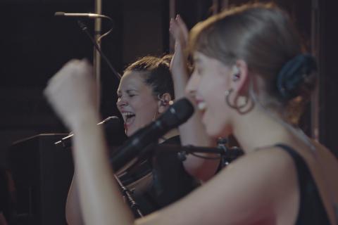 Portrait du groupe en train de chanter.