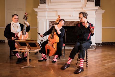 Portrait du groupe en train de jouer en intérieur.
