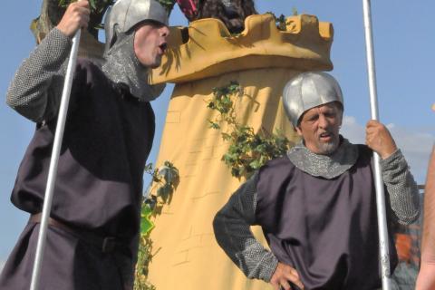 Deux gardes avec leur lance et une princesse dans son donjon.