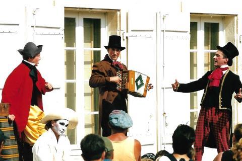 Portrait du groupe sur scène en train de jouer.