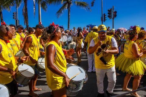 Groupe défilant dans la rue avec des percussions.
