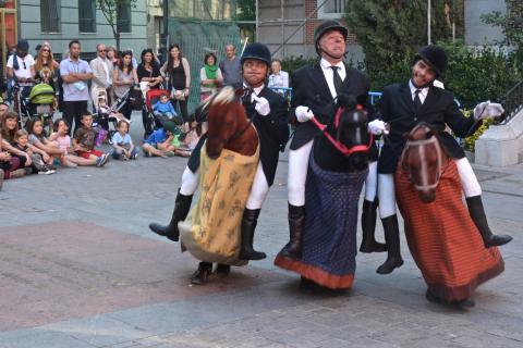Portrait des Horsemen en train de jouer dans la rue, avec leur déguisements de chevaux laissant croire qu'ils montent un cheval.