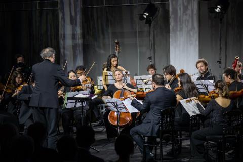 Orchestre dirigé en train de jouer.