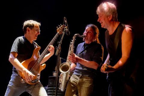 Portrait du groupe en train de jouer.