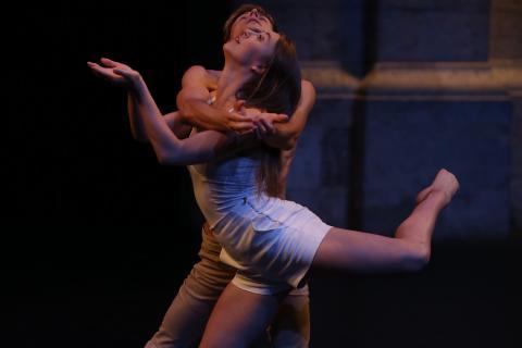 Portrait de deux danseurs en pleine chorégraphie.