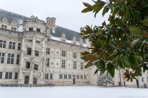 La neige recouvre la cour intérieure du Château royal.