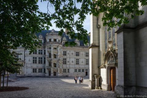 Cour intérieure du Château royal (aile Renaissance), avec l'entrée de la chapelle Saint-Calais au premier plan, et l'escalier François-Ier à l'arrière-plan.