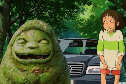 Chihiro mal à l'aise à côté de la Statue grimaçante.