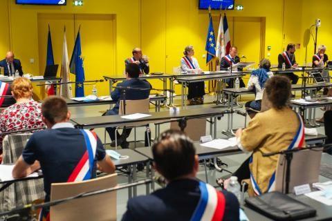 Séance d'installation du conseil municipal. Les adjoints et adjointes portent une écharpe tricolore.