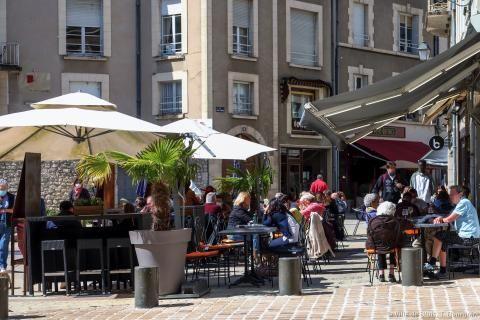 Une terrasse occupée place Louis 12.