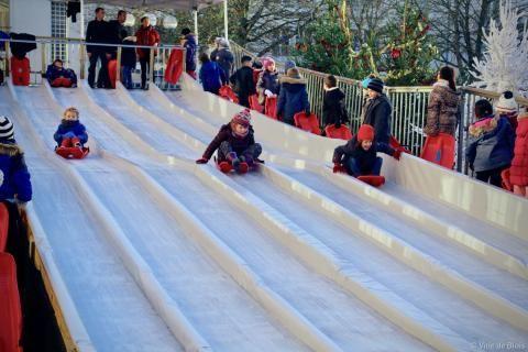 Des enfants dévalent les pistes sur une luge pendant le festival Des Lyres d'hiver.