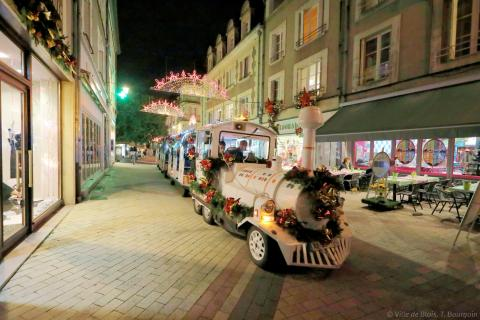 Un petit train avec plusieurs wagons arpente les rues de Blois.