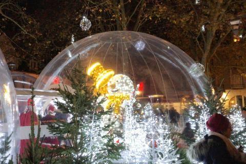 Un immense bonhomme de neige lumineux est à l'intérieur d'une bulle de 8 mètres de diamètre.