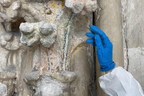 Un travail sur le mur par la restauratrice-conservatrice permet de mettre en valeur d'anciennes peintures jusque là masquées