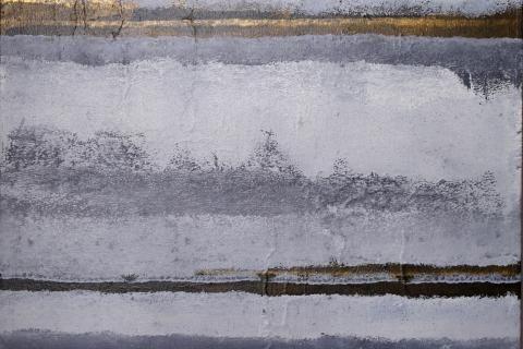 Peinture en portrait, aux trois quarts occupé par les reflets sur la Loire par des reflets bleu-gris très contrastés, une très fine ligne de paysage, et le ciel.