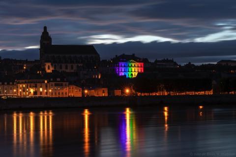 L'Hôtel de Ville photographié depuis la rive gauche, illuminé des couleurs de l'arc-en-ciel.