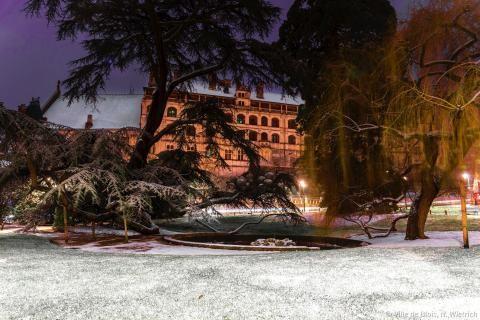 Le square Victor-Hugo sous la neige, avec le Château royal en arrière-plan.