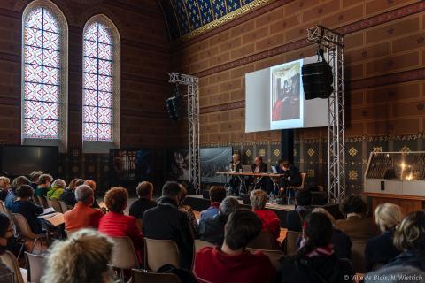Conférence dans la salle des États du Château royal.