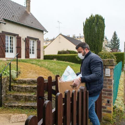Ozgur Eski, conseiller municipal, livre les courses au domicile d'une personne ne pouvant pas se déplacer.