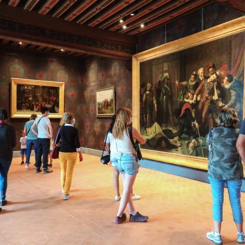 Le public admire les œuvres incontournables exposées au Château royal.