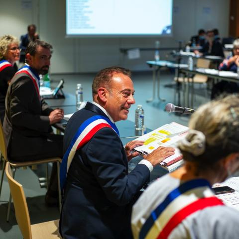 Marc Gricourt, entouré des adjointes et adjoints, préside la séance d'installation du conseil municipal 2020-2026.