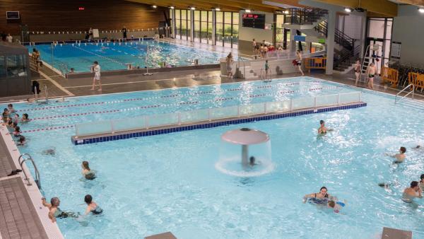 Les deux grands bassins intérieurs (sportif et ludique) du centre aquatique Agl'eau.