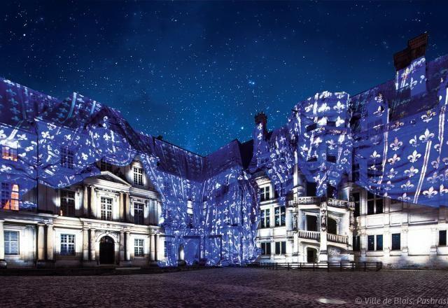 Les murs de la cour intérieure du Château royal sont recouverts d'un drap virtuel, projeté par «video mapping», pour le spectacle Son et lumière.