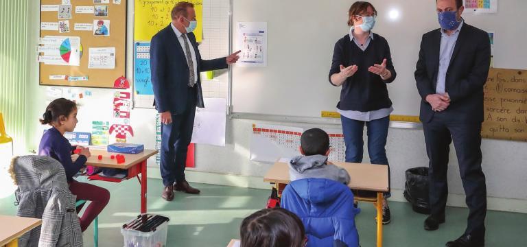 Le maire et l'adjoint à l'éducation visitent une classe lors de la reprise des cours.