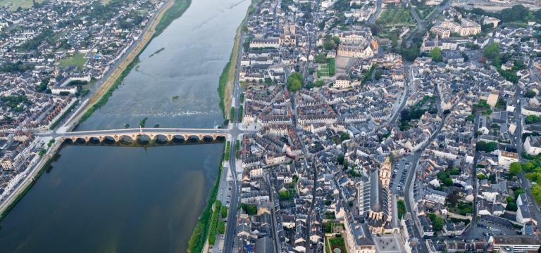 Vue aérienne de Blois, au-dessus du centre-ville et de la Loire.