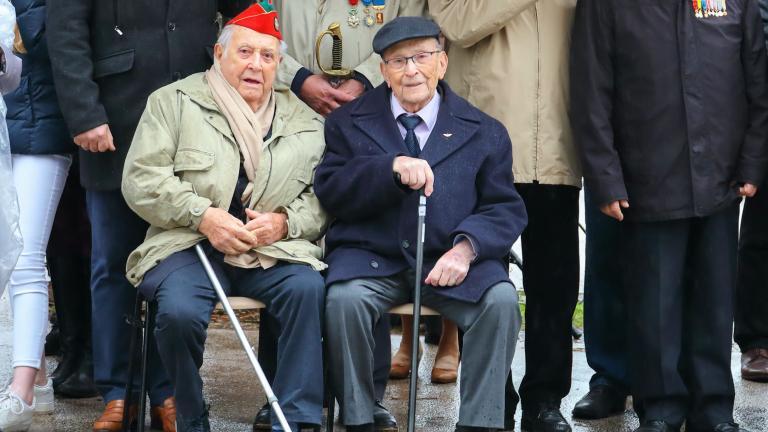 D'anciens combattants, dont Michel Duru, assistent à la cérémonie.
