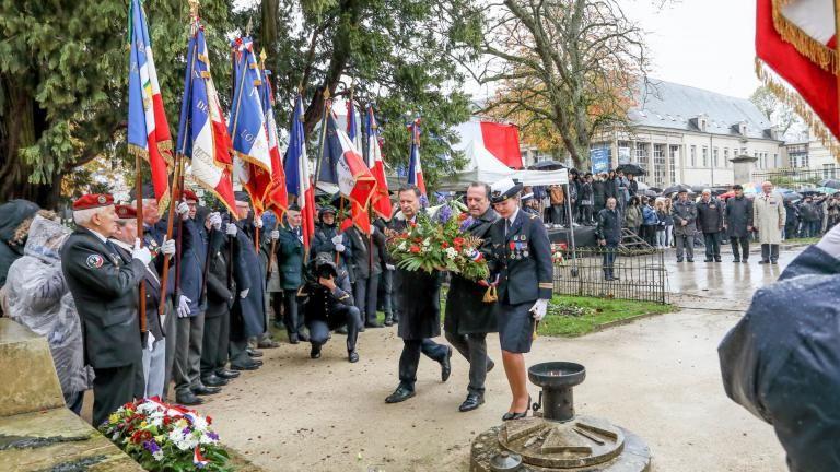 Les représentants du conseil municipal, du conseil communautaire et de la préfecture déposent une gerbe sur le monuments aux Morts.