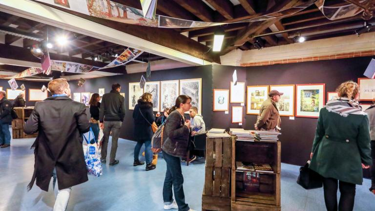 Le public visite l'une des expositions à la Halle aux grains.