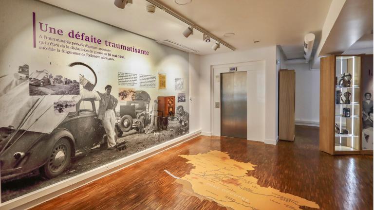 Les murs sont souvent entièrement recouverts d'immenses photos, comportant des textes d'explications ou des objets d'époque accrochés.
